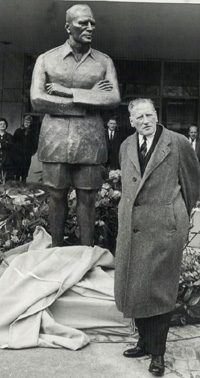 General Auchinleck unveils his statue on April 27, 1965